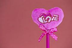 Rosa Herz auf Beschaffenheitshintergrund, Valentinstagkartenkonzept Lizenzfreies Stockbild