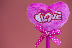 Rosa Herz auf Beschaffenheitshintergrund, Valentinstagkartenkonzept Lizenzfreie Stockbilder