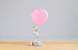 Rosa Herz messendes Band auf weißem Hintergrund Lizenzfreies Stockfoto