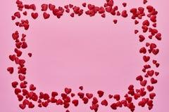 Rosa Herz zwei Grenze von roten Herzen auf rosa Hintergrund Kopieren Sie Raum, Draufsicht lizenzfreie stockfotos