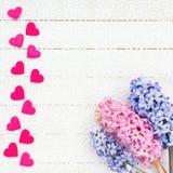 Rosa Herz zwei Herzen und Blumen auf weißer Tischdecke Stockbilder