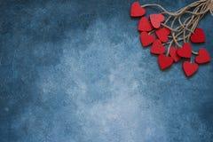 Rosa Herz zwei Rote hölzerne Herzen auf blauem Hintergrund Kopieren Sie Raum, Draufsicht stockbild