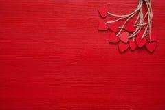 Rosa Herz zwei Rote hölzerne Herzen auf rotem Hintergrund Kopieren Sie Raum, Draufsicht glückliches neues Jahr 2007 lizenzfreie stockfotos