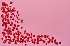Rosa Herz zwei Rote Herzen auf rosa Hintergrund Kopieren Sie Raum, Draufsicht lizenzfreie stockfotografie