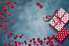 Rosa Herz zwei Rote Herzen und Geschenkboxen auf blauem Hintergrund Kopieren Sie Raum, Draufsicht lizenzfreie stockfotografie