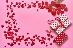 Rosa Herz zwei Rote Herzen und Geschenkboxen auf rosa Hintergrund Kopieren Sie Raum, Draufsicht lizenzfreie stockbilder