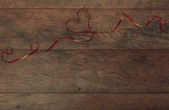 Rosa Herz zwei Valentinsgrußtagestabellengedeck Holztisch mit Kopienraum lizenzfreie stockbilder