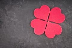rosa Herzen auf einem grauen Hintergrund Das Symbol des Tages der Liebhaber Zwei verklemmte Innere Konzept am 14. Februar Lizenzfreie Stockbilder