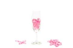 rosa Herzen Glas auf weißem Hintergrund lizenzfreie stockfotos