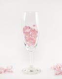 rosa Herzen Glas auf weißem Hintergrund lizenzfreie stockfotografie
