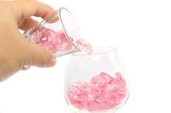 rosa Herzen Glas auf weißem Hintergrund stockfoto