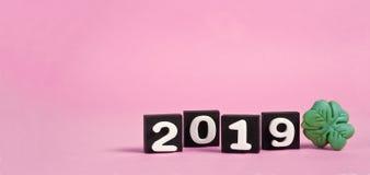 Rosa Hintergrund des neuen Jahres 2019 mit lizenzfreie stockbilder