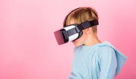 Rosa Hintergrund Kinderjungenabnutzung vr Gläser Erforschen Sie alternative Wirklichkeit Cyberraum und virtuelles Spiel Virtuelle stockbild