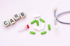 Rosa Hintergrundaufschriftvergaser, -pillen und -stethoskop Lizenzfreie Stockbilder