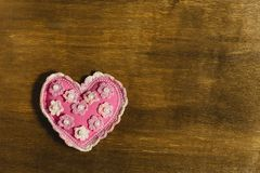 Rosa hjärta av handwork på en träbakgrund Royaltyfria Bilder