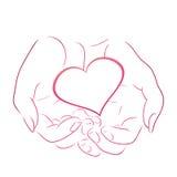 Rosa hjärta för kontur i kvinnakonturhänder Arkivfoton