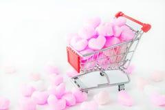 Rosa hjärta i shoppingvagn, förälskelserosa färg skummar hjärta För valentindag Fotografering för Bildbyråer