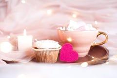 Rosa hjärta med kakacloseupen Royaltyfri Foto