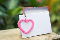 rosa hjärta med rosa hjärta med tomt papper för textur för valentin & x27; s-dag man för begreppskyssförälskelse till kvinnan Royaltyfri Fotografi