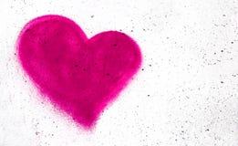 Rosa hjärta på betongväggen Royaltyfri Fotografi