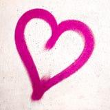 Rosa hjärta på betongväggen Royaltyfri Bild