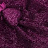 Rosa hjärta på lyxig koagulering för släta eleganta rosa färger och för silvrigt tyg Royaltyfria Foton