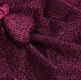 Rosa hjärta på lyxig koagulering för släta eleganta rosa färger och för silvrigt tyg Royaltyfria Bilder