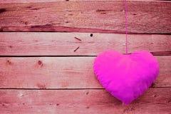 Rosa hjärta på träbakgrund royaltyfria bilder