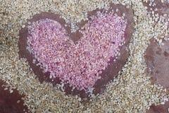 Rosa hjärta som dras med vetekorn Arkivfoton