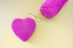 Rosa hjärta som virkas av handen Gjort med en tråd Tråden klipps inte och fästas till hjärtan fotografering för bildbyråer