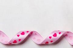 Rosa hjärtaband på torkdukebakgrund Royaltyfria Foton