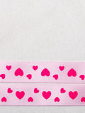 Rosa hjärtaband på torkdukebakgrund Royaltyfri Fotografi