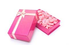 Rosa hjärtagodisar i asken för valentindag arkivbilder