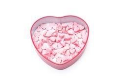 Rosa hjärtagodisar i hjärtaformasken för valentindagisolat fotografering för bildbyråer