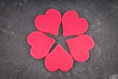 rosa hjärtor på en grå bakgrund Symbolet av dagen av vänner inbunden vektor för valentin för daghjärtaillustration s två Begrepp  Royaltyfria Bilder