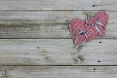 Rosa hjärtor som hänger på rep Arkivfoton
