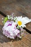 Rosa Hochzeit Boutonniere Stockbild