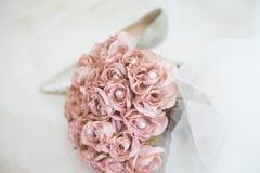 Rosa Hochzeitsblumen und -fersen Lizenzfreie Stockbilder