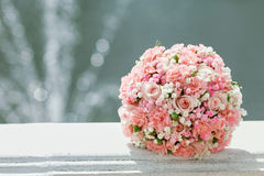 Rosa Hochzeitsblumenstrauß die Braut auf Hintergrund des Brunnens Stockbilder