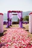 Rosa Hochzeitsbogen mit Blumen stockfotos