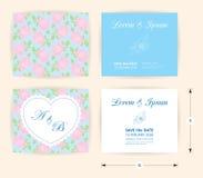 Rosa Hochzeitskarten-Schablonenherzikone, weißer Namenaufkleber auf Pastellrosenformmuster-Blauhintergrund Stockbilder