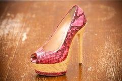 Rosa hohe Absätze der Frauenschuhe Stilisiert Schlangehaut Stockfotografie