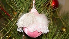 Rosa julboll på julgranen Arkivfoton
