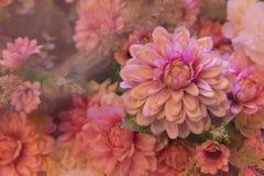 Rosa künstliche Blume im Garten Lizenzfreie Stockfotos