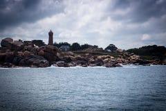 Rosa Küste und Leuchtturm lizenzfreie stockbilder