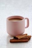 Rosa Kaffeetasse mit Zimtstange Lizenzfreies Stockfoto
