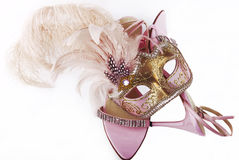 Rosa karnevalmaskering och sandaler Royaltyfri Bild