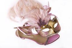 Rosa karnevalmaskering och sandaler Royaltyfria Bilder