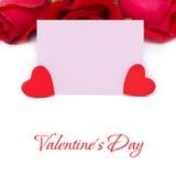 Rosa Karte für Grüße, rote Herzen und Rosen, lokalisiert Lizenzfreies Stockfoto