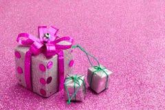 Rosa Kastengeschenk der frohen Weihnachten und des guten Rutsch ins Neue Jahr jpg Lizenzfreies Stockfoto